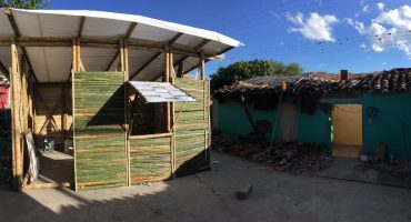 Construyen casas de bambú temporales para damnificados del sismo en Puebla