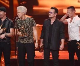 U2 durante una premiación