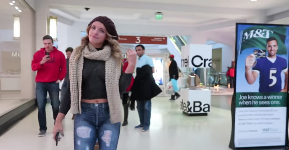 Esta chica se paseó desnuda por un centro comercial, ¡y nadie se dio cuenta!