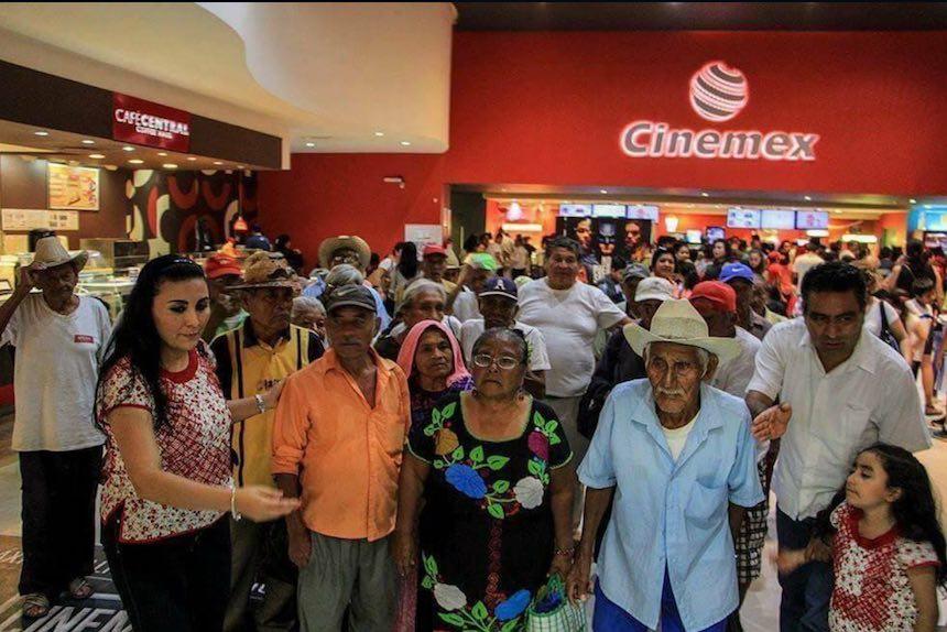 Abuelitos en el Cinemex de Oaxaca
