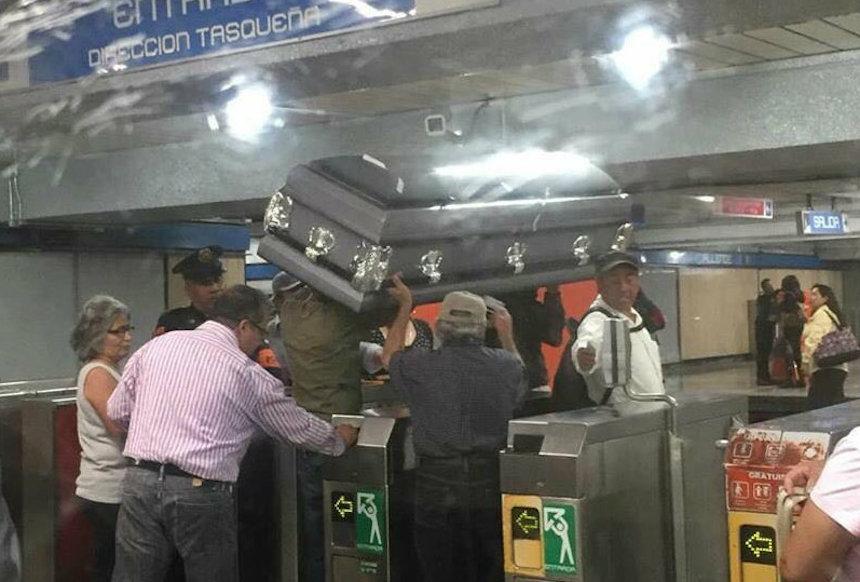 Personas piden permiso para meter un féretro al Metro
