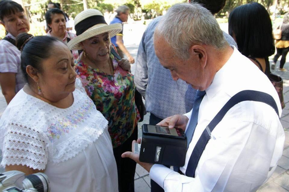 Pedro Ferriz De Con, reuniendo firmas