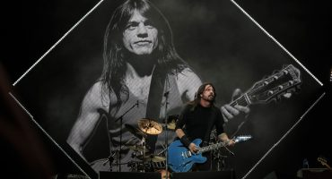 Foo Fighters rinde tributo a Malcolm Young de AC/DC en el Corona Capital 2017