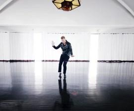 """Josh Homme saca su lado más """"Bailando por un sueño"""" en nuevo video"""