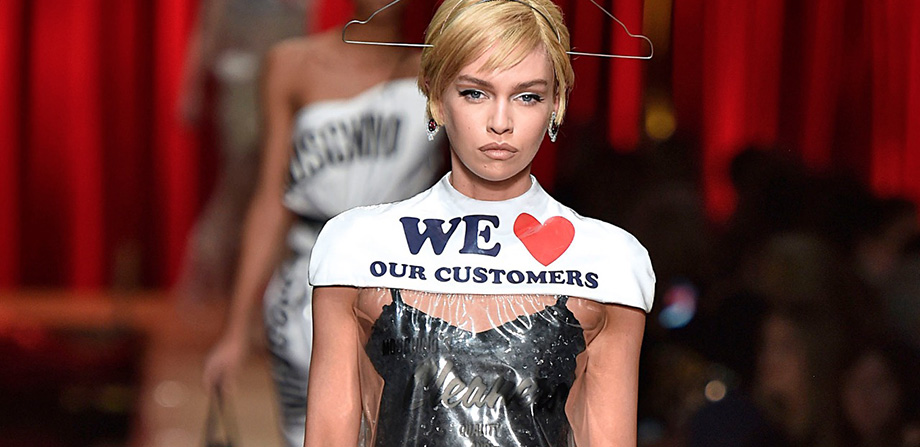 Moschino te vende un vestido de plástico de lavandería en 735 dólares