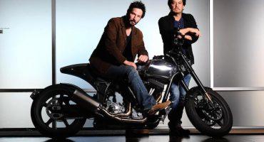 Keanu Reeves no está muerto... ¡sólo está armando motocicletas!