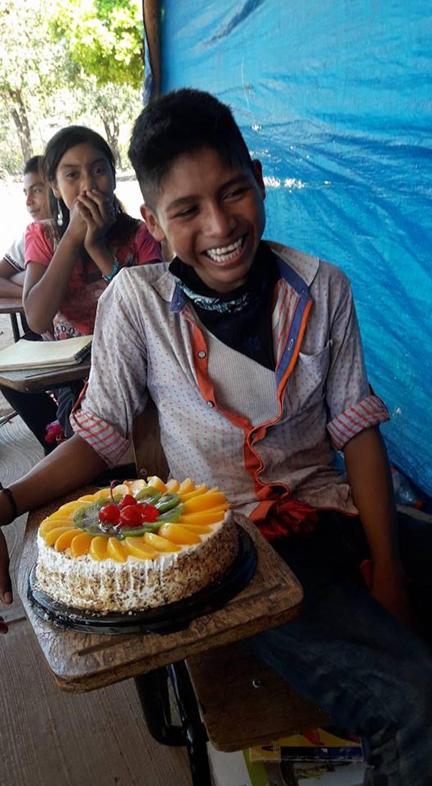 El niño nayarita y su pastel de cumpleaños
