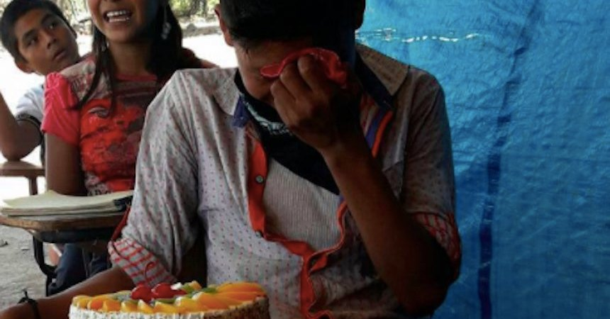 El niño que llora al recibir su primer pastel de cumpleaños