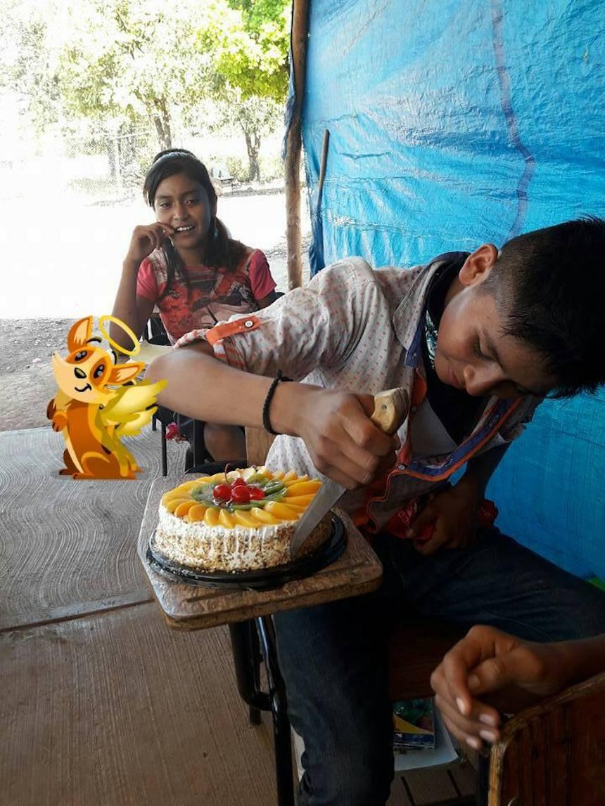 Niño nayarita que corta su pastel
