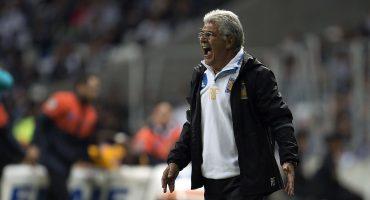 El Tuca Ferretti perdió su legendario bigote a manos de sus jugadores