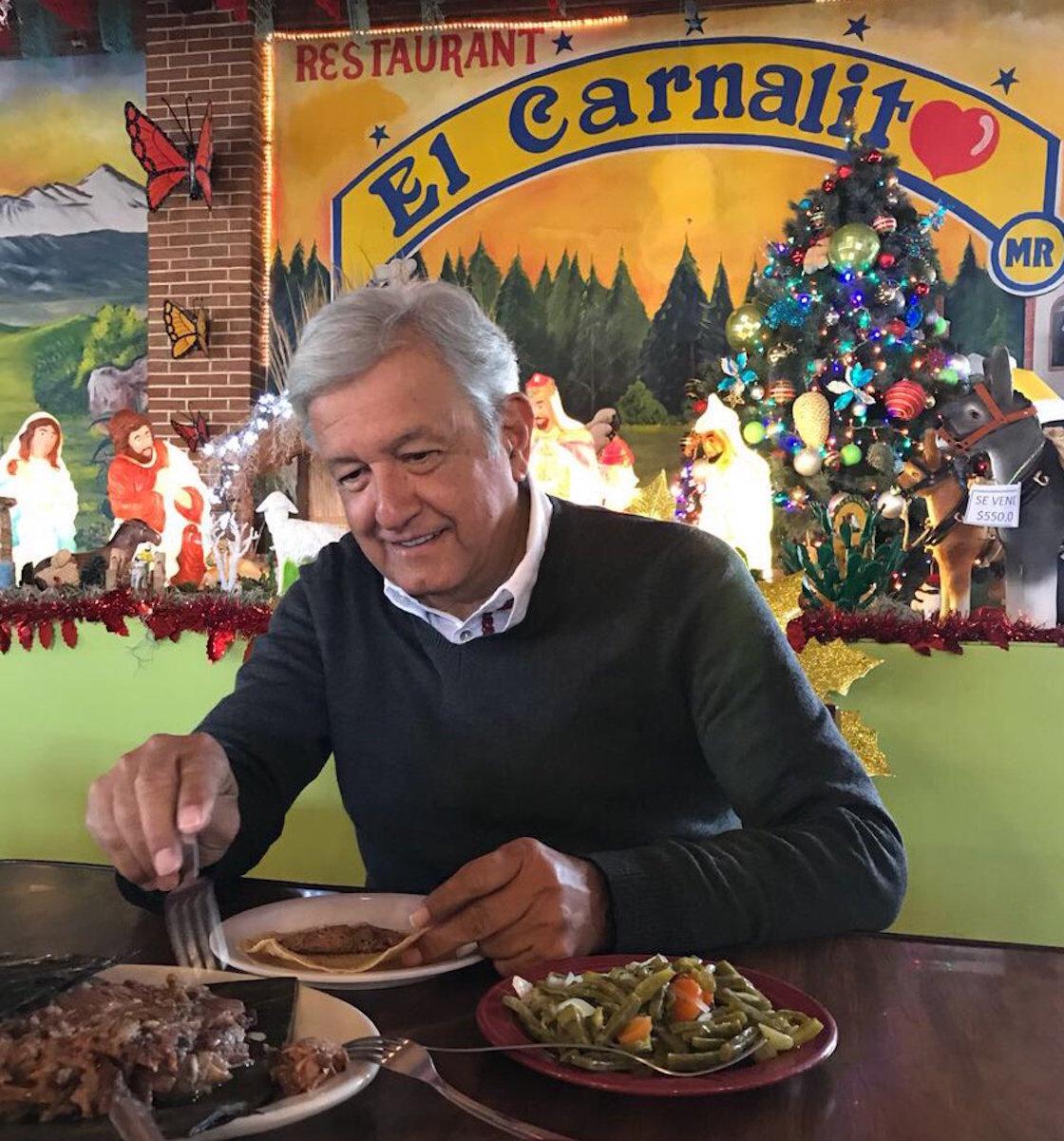Andrés Manuel López Obrador se jamba unos taquitos de barbacoa en El Carnalito