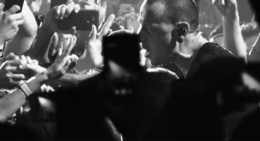 "Mira a Chester Bennington cantar ""Crawling"" en el nuevo video de Linkin Park"