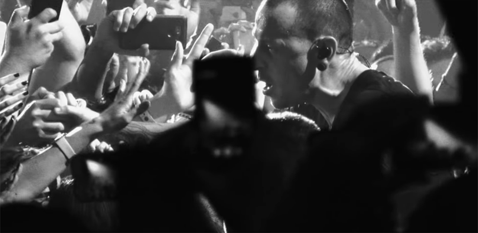 "Mira a Chester Bennington cantar ""Crawling"" en el nuevo video de Linkin Park"