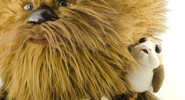 Este bonito peluche de Chewie con un Porg te sacará un enorme 'awwww'