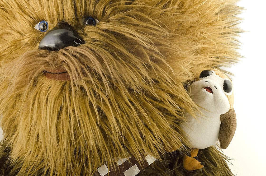 Este bonito Chewbacca con un Porg hará que los quieras AHORA