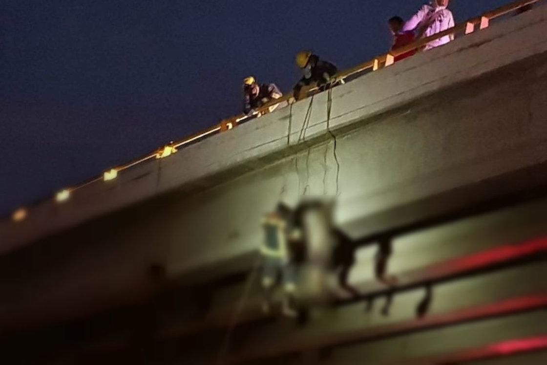 Hallan seis cuerpos colgados en puentes de Baja California Sur