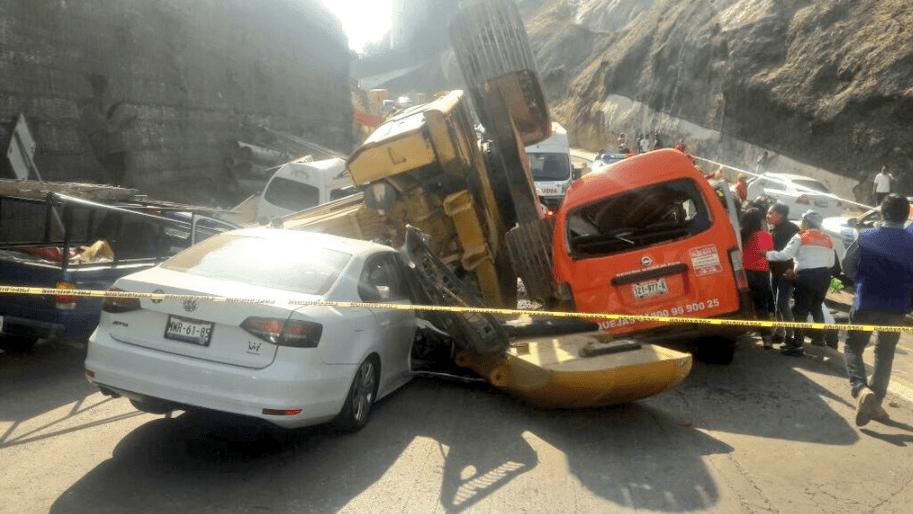 Una retroexcavadora cayó sobre varios vehículos en Interlomas y el gobierno se echa la bolita
