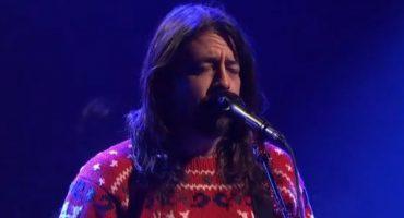 Mira a los Foo Fighters tocando un popurrí muy navideño en Saturday Night Live