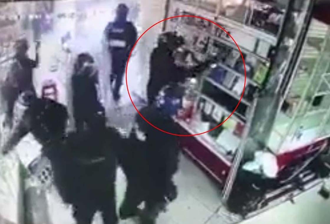Acusan a policías por robo de celulares en Plaza Meave