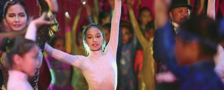 Niños en la ruta de la seda: una niña contra la gravedad