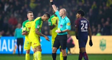 ¡INCREÍBLE! un arbitro soltó una patada y expulsó al jugador con el que tropezó