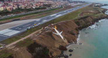 ¡Avión de Turquía sale de la pista de aterrizaje y cae en un acantilado!