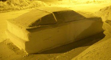 Este hombre engañó a un policía con un auto hecho 100% de nieve