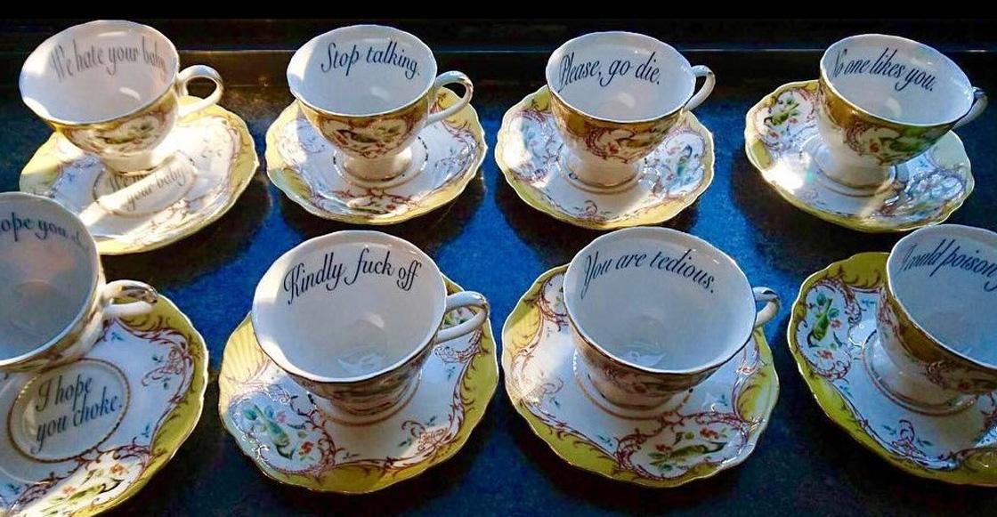 Estas tazas de té con mensajes ofensivos son lo que necesitas para tus visitas incómodas