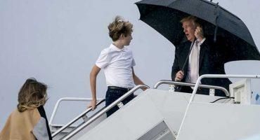 Una imagen dice más que mil palabras: Trump deja a su familia en medio de la lluvia