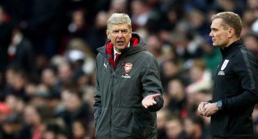 Perdiendo 3-0, el cuarto árbitro trolleó a Arsene Wenger