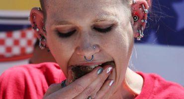 ¡Esta mujer acaba de romper su propio récord comiendo 501 alitas en 30 minutos!