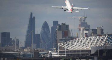 Cierra aeropuerto de Londres tras descubrir una bomba de la II Guerra Mundial