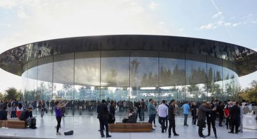 ¡Babosos! Empleados de Apple no dejan de estrellarse contra los paneles de vidrio de las nuevas oficinas