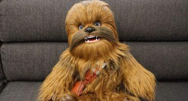 Awww! Este nuevo peluche de Chewbacca es tan lindo que queremos dos, por favor
