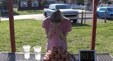 WTF? Mira a esta chica comer 50 donas en menos de media hora 😮