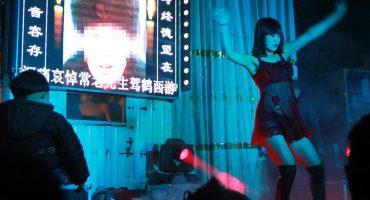 WTF?! China crea una linea para reportar la presencia de strippers en ¿funerales?