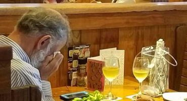 Heartbreaking : Este hombre cenó junto a las cenizas de su esposa en San Valentín