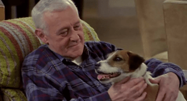 Murió John Mahoney, actor de la serie