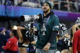 Karl-Anthony Towns de los T-Wolves de la NBA la hizo de fotógrafo en el partido / Getty Images