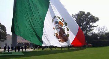 Descripción gráfica de México nivel: Peña Nieto iza la bandera al revés