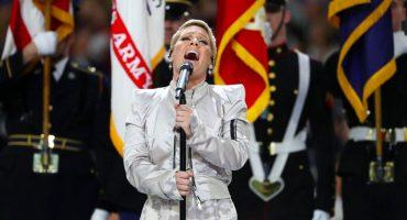Con todo y el chicle, así interpretó P!nk el himno nacional de Estados Unidos en el Super Bowl