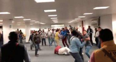 ¡SESTANPELEANDO! Perredistas se agarran a golpes y sillazos durante el Consejo Nacional