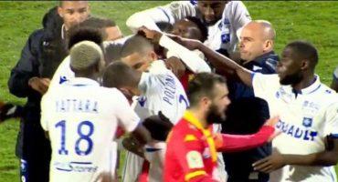Se están 'peliando'… Dos jugadores del Auxerre se agarraron a golpes en pleno partido