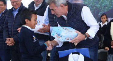 Los zapatos que regaló el 'gober' de Puebla si son de plástico y cartón