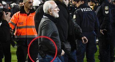 El Presidente del PAOK bajó al campo y amenazó a un árbitro portando un arma