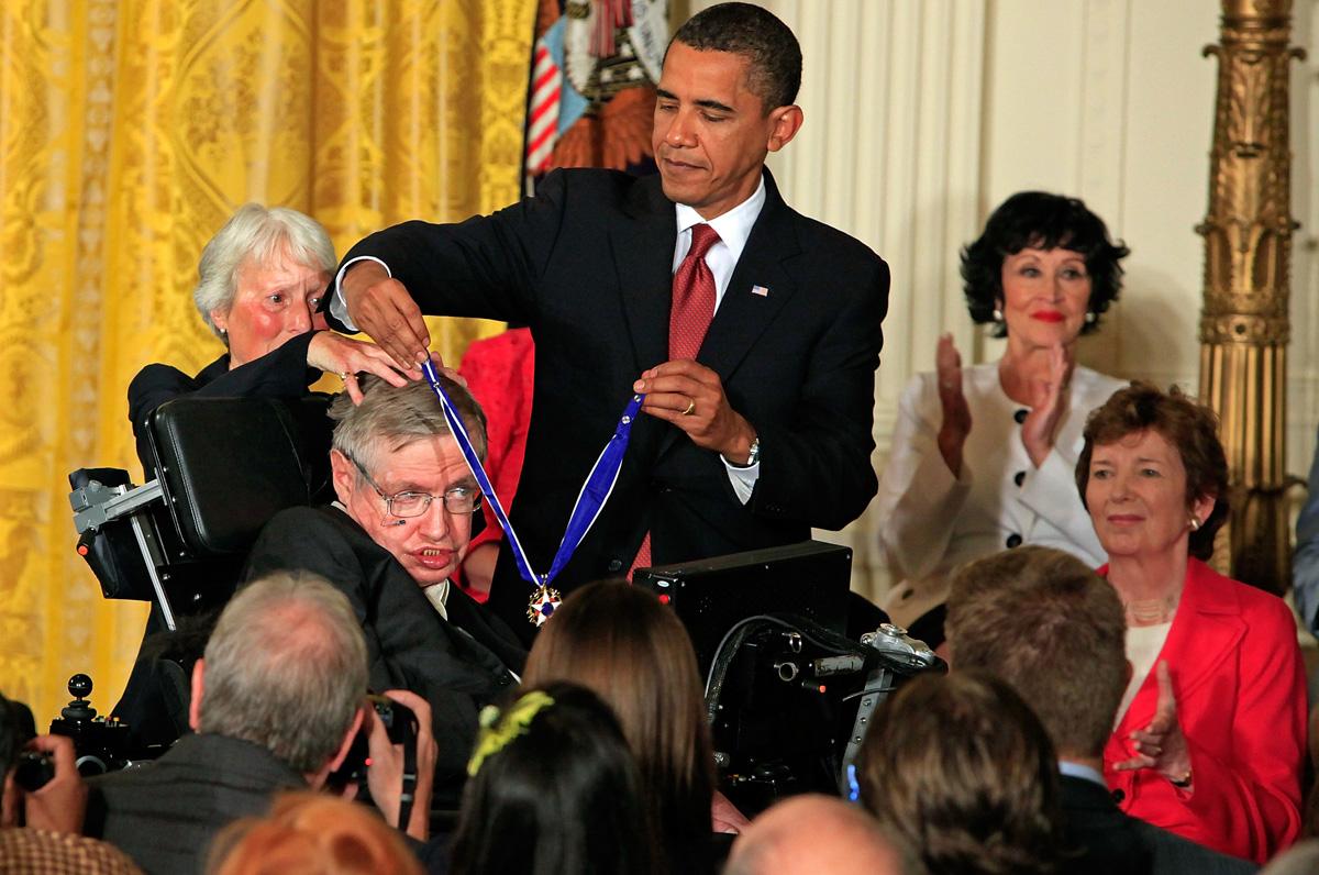 Stephen Hawking recibe medalla de Barack Obama