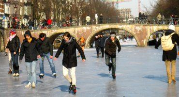 En Amsterdam la gente está patinando sobre los canales congelados ❄