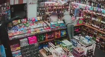 Este viejito de 60 años defendió su tienda de dos ladrones que lo golpearon duramente