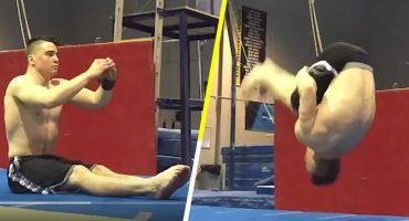 Mira a este gimnasta hacer un backflip que comienza... ¿sentado?