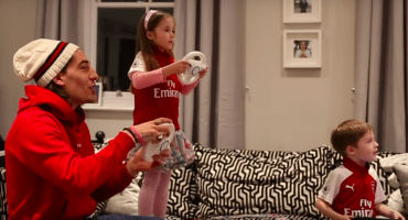 Héctor Bellerín sorprendió a esta pequeña aficionada del Arsenal
